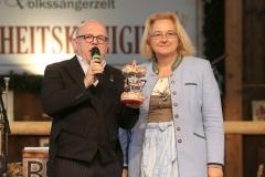 Jürgen Kirner und Yvonne Heckl (Direktorin Museumszelt), Der 12. Tag im Volkssängerzelt zur Schönheitskönigin auf der Oidn Wiesn in München 2019