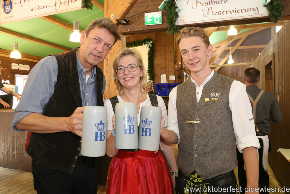Peter Reichert, Antje und Luis Schneider (von re nach li.), Schönheitskönigin 15. Tag auf der Oidn Wiesn am Oktoberfest in München 2018
