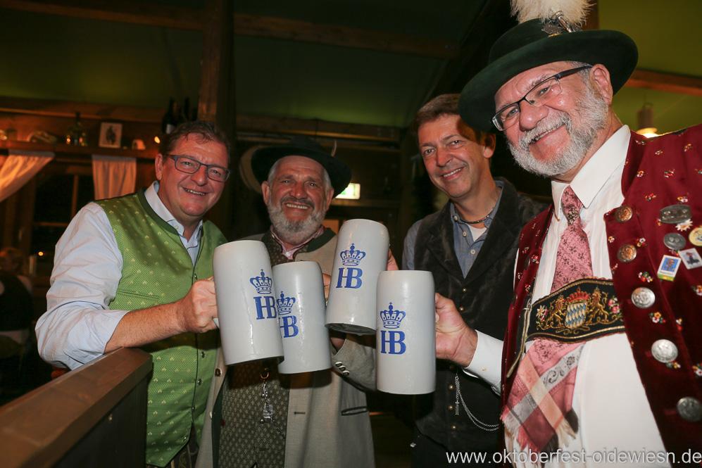 Bernhard Klier, Karl-Heinz Knoll, Peter Reichert (von li. nach re.), Schönheitskönigin 15. Tag auf der Oidn Wiesn am Oktoberfest in München 2018