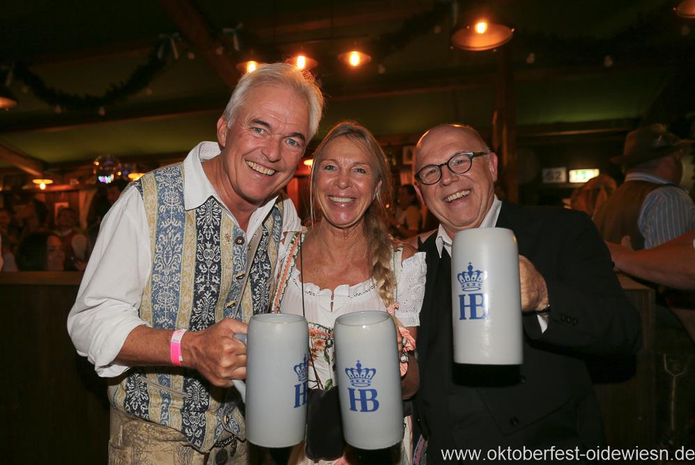 Jürgen Kirner (re.), Schönheitskönigin 15. Tag auf der Oidn Wiesn am Oktoberfest in München 2018