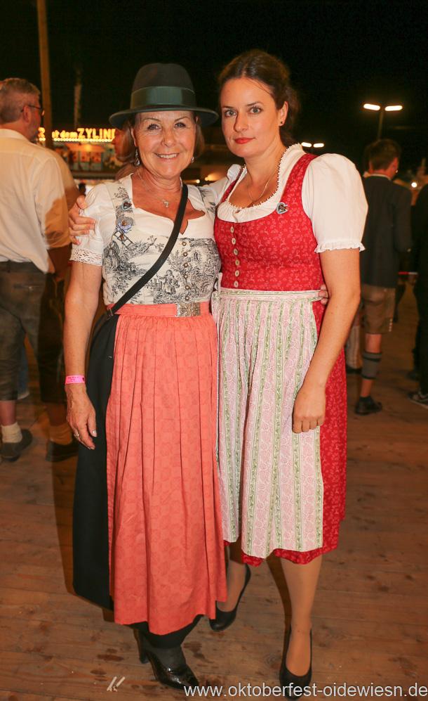 Gitti Walbrun und Angela Ascher (re.), Schönheitskönigin 15. Tag auf der Oidn Wiesn am Oktoberfest in München 2018