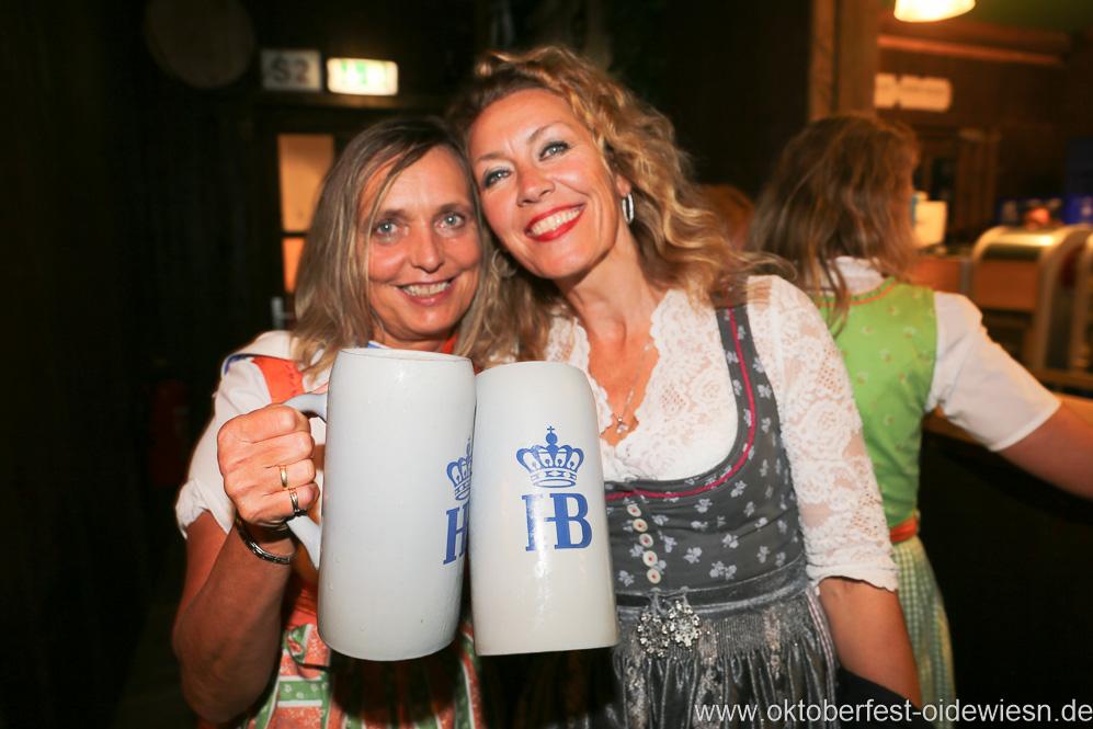 Renate Langwieder und Sabine Barthelmeß, Schönheitskönigin 15. Tag auf der Oidn Wiesn am Oktoberfest in München 2018