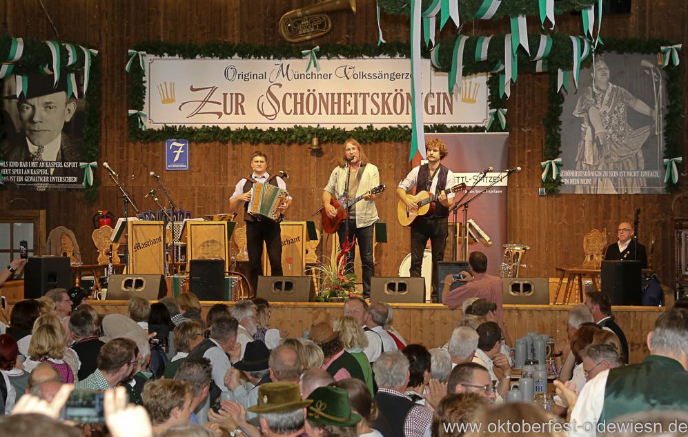 Bernhard Gruber, Roland Hefter, Berni Filser (von re. nach li.), Schönheitskönigin 16. Tag auf der Oidn Wiesn am Oktoberfest in München 2018