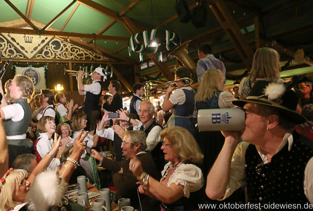 Kapelle Kaiserschmarrn, Schönheitskönigin 16. Tag auf der Oidn Wiesn am Oktoberfest in München 2018