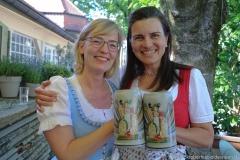 Antje Schneider und Steffi Spendler (re.), Oktoberfestwirte präsentieren den Wirtekrug am  Nockherberg in München 2019