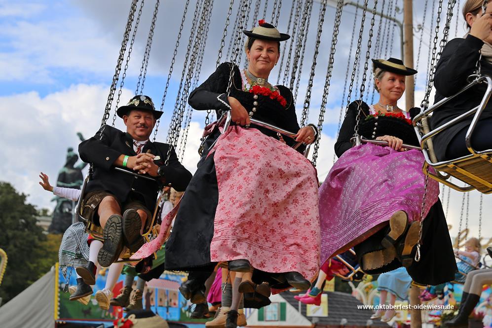 Trachten auf dem Kettenkarussell auf der Oidn Wiesn, Oktoberfest München