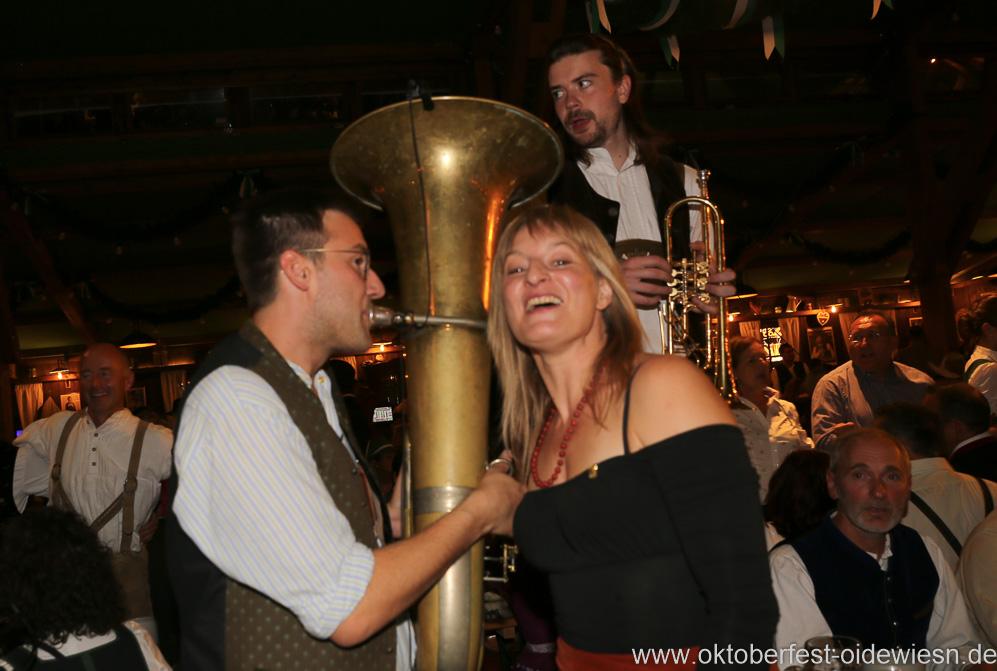 Bianca Bachmann lauscht den Klängen der Tuba von der Kapelle Kaiserschmarrn