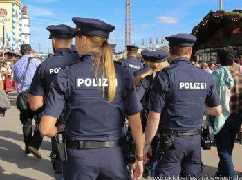 Streife der Wiesnwache auf dem Oktoberfest in München