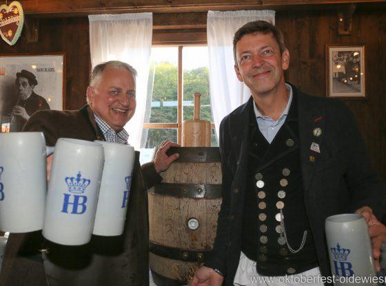 Filser-Präsident Christian Schottenhamel mit Schönheitskönigin-Wirt Peter Reichert beim Stammtisch der Filserbuam