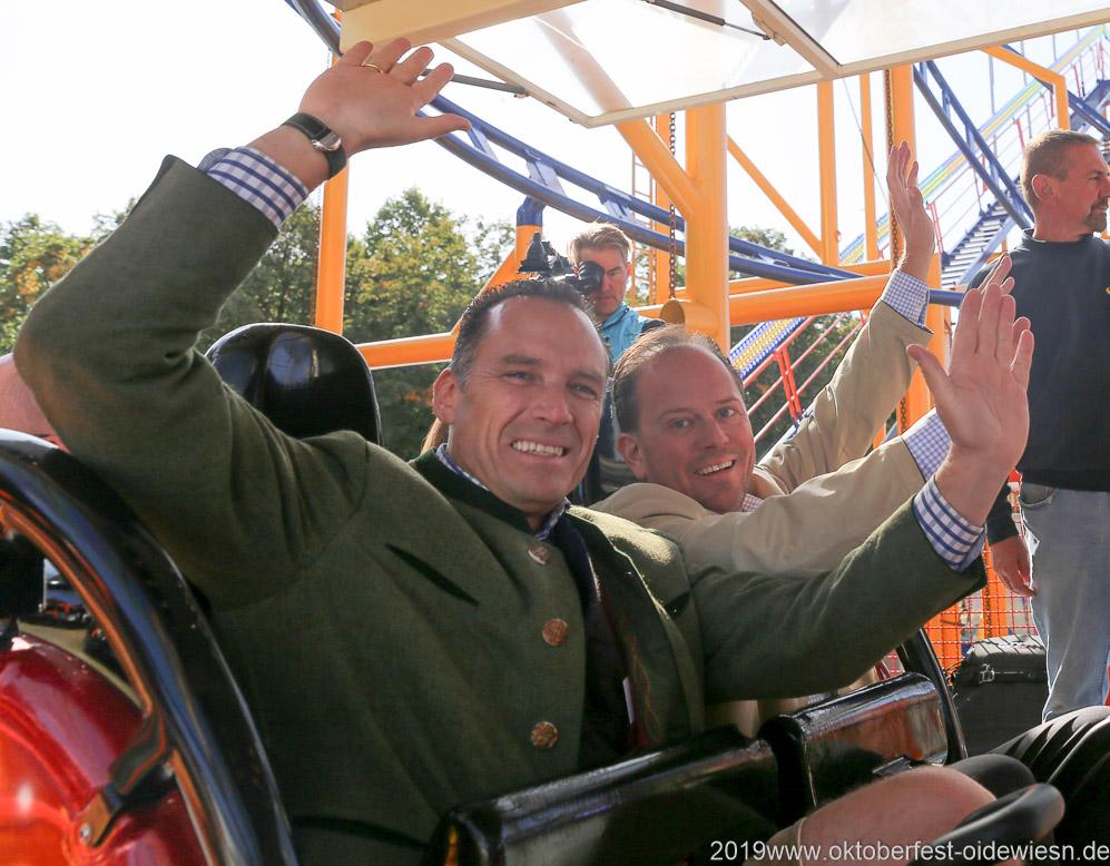 Wirtesprecher Peter Inselkammer und Bürgermeister Manuel Pretzl (re.), testen die Achterbahn Spinning Racer auf dem Oktoberfest 2019
