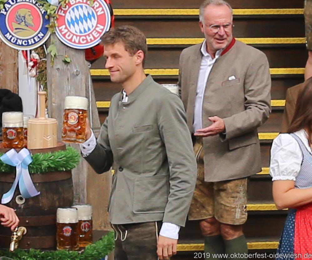 Traditioneller Wiesnbesuch des FC Bayern in der Käfer Wiesn Schänke