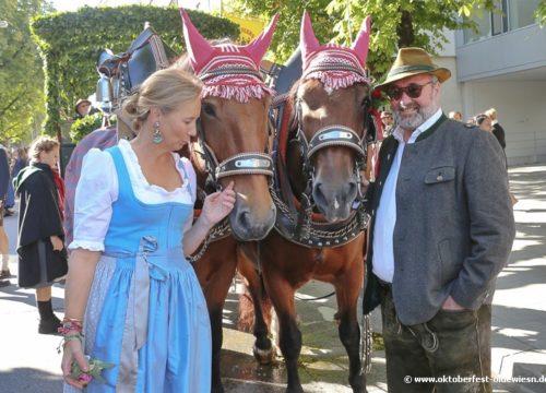 Weinzelt-Wirt Stephan Kuffler mit seiner Frau Stephanie Kuffler beim Einzug der Wiesnwirte